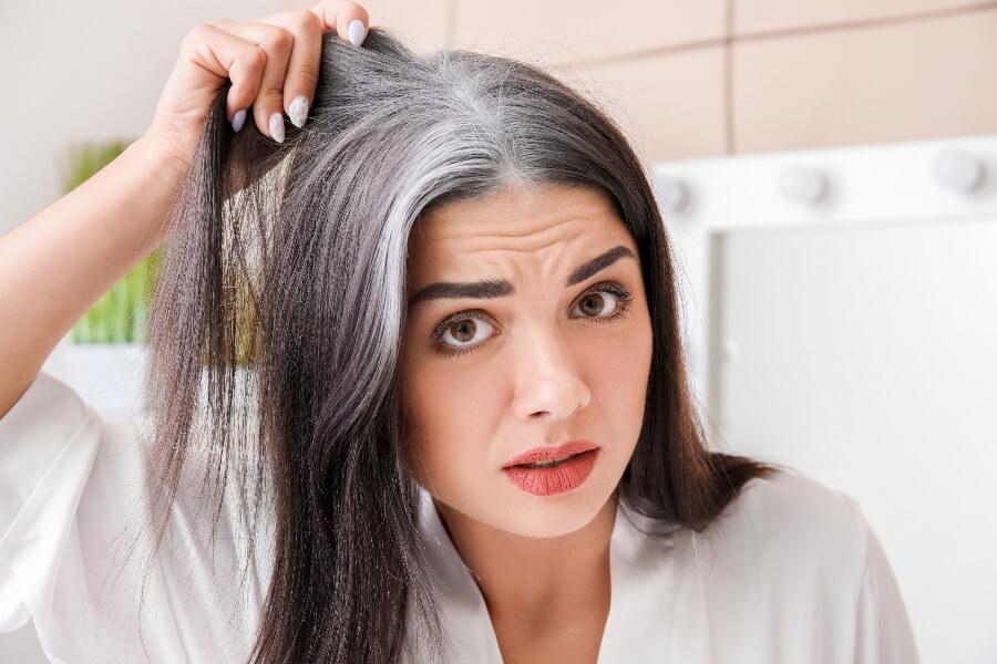 Fessük be az ősz hajat? Húzgáljuk ki a szálakat, míg kevés van belőlük? Mit tehetünk őszülés ellen, amikor már a fehéredő korba léptünk?